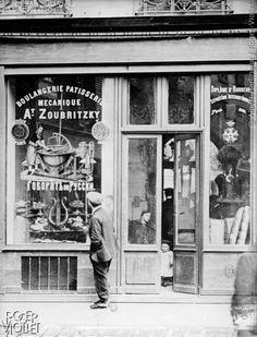 """Boulangerie dans le Marais avec cette inscription, sur la vitrine : """"on parle russe"""". Paris (IIIème arr.), vers 1930."""