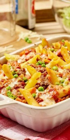 Nudel-Hack Auflauf Rezept We love pasta casseroles! Then you should definitely try our noodle hack casserole. Delicious carrots, tomatoes and minced meat are gratinated with hearty Emmental cheese until golden brown. A real treat. Rice Recipes, Asian Recipes, Crockpot Recipes, Vegetarian Recipes, Chicken Recipes, Ethnic Recipes, Pasta Casserole, Casserole Dishes, Casserole Recipes
