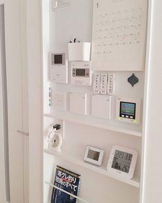 おうちの必需品をひとまとめ!便利でおしゃれなリモコンニッチの実例をご紹介 | folk Pantry Closet, Wall Crosses, House Entrance, Wall Shelves, Organization Hacks, Loft, Bathroom Medicine Cabinet, Building A House, Kitchen Design