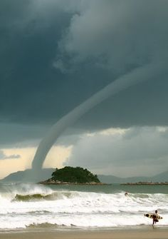 """Weather: water spout """"yeah, I'll just keep surfing.I don't care if there's a tornado behind me"""" Cool Pictures, Cool Photos, Beautiful Pictures, Amazing Photos, Natural Phenomena, Natural Disasters, Fuerza Natural, Dame Nature, Water Spout"""