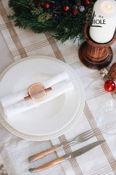 Are you looking for ideas how to decorate your dinner table on Christmas? How about this classic, natural setting with Forge de Laguiole! #forgedelaguiole #laguiole #laguioleknife #laguioleknives #tablesetting #christmas #christmasdinner #christmastable #cutlery #tabledecor #holiday