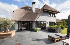 Landelijke villa in Castricum - Atelier 3 >> Cottage stijl Different House Styles, Modern Buildings, House Rooms, Decoration, Bungalow, My House, Beautiful Homes, Cottage, House Design