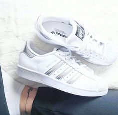 low cost b781a 584ed Adidas super star Belle Chaussure, Chaussures Femme, Adidas Superstar,  Chaussures Argentées, Magasin