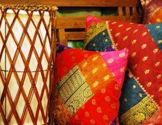 Coixíns de brocat de la India i llum de Bali