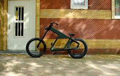 Taking design cues from Easy Rider (or perhaps West Coast Choppers), German studio Team Tentakulus' Shocker Chopper is a one speed bike with serious cache. Velo Design, Bicycle Design, Trike Bicycle, Motorcycle Bike, Bike Magazine, Chopper Bike, Speed Bike, Muscle, Easy Rider