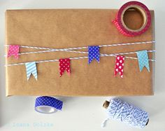 Original and nice gift wrapping ideas with paper, bakers twine and washi tape ///   Geschenkverpackung, Packpapier und Bäckergarn, Fähnchen