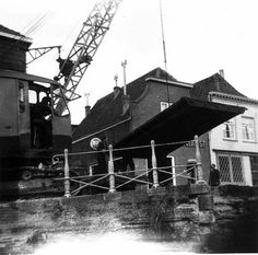 Gouda 1960: een roemloos einde van de Koningsbrug Deze enkele ophaalbrug, die ook wel Roobrug werd genoemd (waarschijnlijk naar de kleur), dankte zijn naam aan de oude Koningstraat, zoals de Raam vroeger werd genoemd. De Koningsbrug lag over het water van de Raam tegenover de Aaltje Bakstraat en de Vlamingstraat.