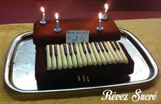 Le gâteau piano ! Il est tout simplement composé de 3 cakes au chocolat, de fingers et de mikados !   Il s'agit du gâteau qui m'a donné envie de me lancer dans la pâtisserie. Je l'ai réalisé avec un groupe de 8 enfants dans un centre de loisirs.