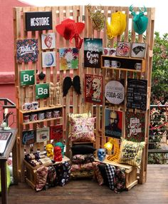 Interesting use of pallets to make a folding screen display. Pallet Display, Stall Display, Craft Booth Displays, Store Displays, Display Ideas, Display Design, Booth Design, Store Design, Stand Feria