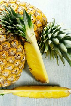 Pineapple Pineapple contains bromelain, which is a natural anti-inflammatory. When eating too many salty foods, you can wake up with a puffy face. To restore natural beauty and banish the extra puff, try a juice with pineapple. Fruit And Veg, Fruits And Veggies, Fresh Fruit, Vegetables, Foods To Reduce Bloating, Reduce Inflammation, Healthy Life, Healthy Eating, Salty Foods
