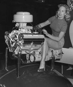 Desoto Hemi engine display at an auto show Hemi Engine, Car Engine, Grid Girls, Hot Rods, Desoto Firedome, Chrysler Hemi, Pin Up, Sr1, Us Cars
