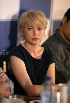 Michelle Williams is just one of the actresses shows the whole world as possible look shiny and gorgeous in pixie haircuts. So let's have a look at 20 Michelle Williams Pixie Cuts for inspirational ideas! Once women was too afraid… Continue Reading → Super Short Hair, Short Hair With Bangs, Hairstyles With Bangs, Short Hair Cuts, Cool Hairstyles, Hairstyle Ideas, Heavy Bangs, Long Pixie Hairstyles, Blonde Haircuts