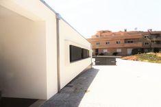 CASA HEITOR por Jesus Correia Arquitecto | homify Garage Doors, Stairs, Outdoor Decor, Homes, Home Decor, House Template, Townhouse, Design Ideas, Good Ideas