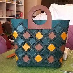 Instagram @orgulerim ve yunlerim Crochet Handbags, Crochet Purses, Leather Bags Handmade, Handmade Bags, Crochet Christmas Gifts, Wooden Bag, Leather Bag Pattern, Crochet Bunny Pattern, Bag Pattern Free