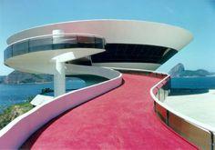 """O arquiteto brasileiro Oscar Niemeyer revolucionou a arquitetura moderna com curvas """"sedutoras"""" inspiradas, segundo ele, """"no corpo da mulher..."""