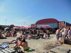 PLLEK - TT Neveritaweg 59, Amsterdam www.pllek.nl  Prijsniveau: gemiddeld Perfect for: drankjes met vrienden en zonnen op het stadsstrand :-)
