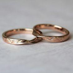 メビウスの形に植物の彫り模様を飾ったお揃いの結婚指輪 [marriage,wedding,ring,bridal,K18,マリッジリング,結婚指輪,オーダーメイド,ウエディング,ith,イズマリッジ,ピンクゴールド]