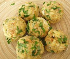 Bavorské žemľové knedle s rýchlou smotanovou omáčkou - recept Kitchen Hacks, Dumplings, Gnocchi, Baked Potato, Potato Salad, Cauliflower, Food And Drink, Soup, Yummy Food