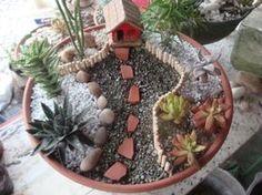 Oi minha gente, hoje vou mostrar alguns minijardins que andei fazendo. Minijardim em uma taça de barro, com cerquinha casinha, pedras e...