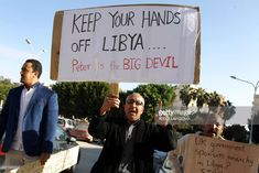 Libyans take part in a demonstration against the visit of British Ambassador to Libya Peter Millett to the eastern Libyan city of Benghazi on November 22, 2017. / AFP PHOTO / Abdullah DOMA