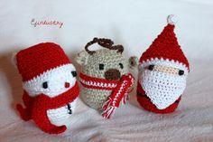 Snowman, reindeer and Santa crocheted on Kinder Surprise containers. Hóember, rénszarvas és Mikulás Kinder meglepetés műanyag tojására horgolva.
