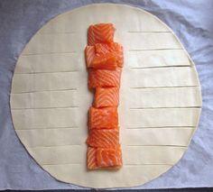Ce feuilleté tressé et doré cache en soncœurdeux ingrédients dont l'association fonctionne toujours parfaitement : saumon et poireaux. La ...