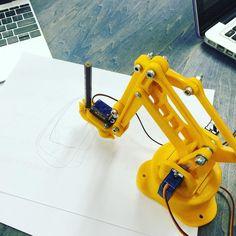 生徒と一緒にロボットアームにプログラムして絵や文字を書いてもらうことに挑戦中まだまだブラッシュアップの余地あり汗 #Qremo #3dプリンタ #3ddesign #3dprinting #arduino #roboticarm #programming by jazzyslide