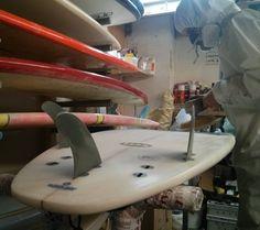 Notre shapeur en action ! C'est bientôt l'été venez faire préparer entretenir ou réparer votre planche chez HawaiiSurf ! #surf #surfing #surfboard #surfboards #board #boards #surfingiseverything #shape #hawaiisurf #paris #work #workshop #atelier #atelierparis
