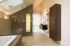 Modernes Bad mit braun-silbernen Fliesen und ebenerdiger Dusche ...