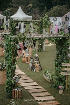 Pernikahan Outdoor ala Dhanita dan Erik di Bumi Sangkuriang - owlsome of Rustic Outdoor Decor, Outdoor Wedding Decorations, Wedding Themes, Wedding Centerpieces, Outdoor Ideas, Wedding Gate, Wedding Arch Rustic, Dream Wedding, Javanese Wedding