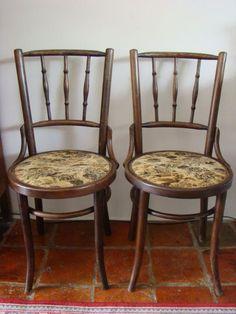 Twee Thonet stijl stoeltjes begin 20e eeuw  Twee antieke houten stoeltjes in de stijl van Thonet.De stoelen zijn niet gemerktDe stoeltjes hebben nog de originele zitting en verkeren in goede conditie.Herkomst De Gebroeders Thonet Duitsland.AfmetingHoogte 90 cm.Diameter zitting 42 cm.De stoeltjes dienen te worden opgehaald bezorging in overleg.  EUR 20.00  Meer informatie