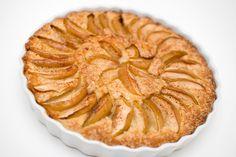 En tradisjon verdt å ta vare på. Den tradisjonelle eplekaken bør vernes om som en nasjonalskatt, og jeg håper at den er pensum på barneskolen. Lite er nemlig bedre enn et stykke lun, nystekt eplekake med vaniljeis til. Og kaken er selvsagt kjempeenkelt å lage vegansk! Denne kaken er knallgod, og den blir luftig og …