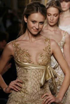 Zuhair Murad Haute Couture S/S 2007 Gorgeous Gown Gold Fashion, Fashion Details, High Fashion, Fashion Show, Fashion Design, Couture Mode, Couture Fashion, Runway Fashion, Fashion Beauty
