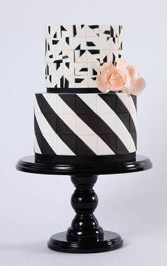 Gâteau de mariage noir et blanc Formes géométriques / Black & White Geometric Shapes Cake for your wedding at http://montreal.intercontinental.com/fr/mariages