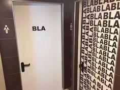 Al menos, mientras esperas tu turno para entrar, te puedes entretener echando un vistazo a la señal del cuarto de baño ... mucha imaginación y creatividad!