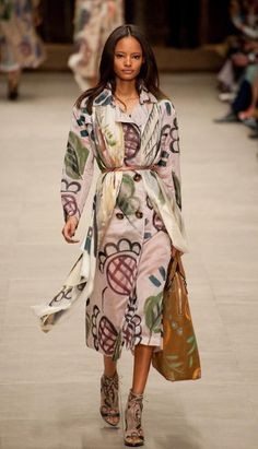 Trend Fall / Winter 2014. Big Scarves, down to the knees. Belts surrounding everything at the waist.