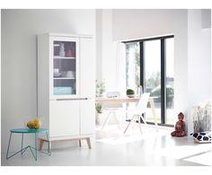 Für einen gemütlichen Esszimmer-Look sorgt jetzt vor allem ein Möbelstück: Vitrinenschrank Jazz. Mit seinen braunen Eschenholz-Details fällt das weiße Design im Skandi-Stil nicht nur auf, es findet sich in fünf großzügigen Fächern auch genug Platz für Ihr wertvolles Geschirr. Einen kleinen Durchblick gewährt die transparente Glastür, wo Ihr feines Porzellan zum besonderen Hingucker wird.
