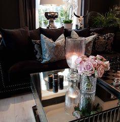 Vi ønsker dere alle en god tirsdagDet nærmer seg Desember med stormskritt. Vi gleder oss  #Manhattansofasortvelour #magnoliavase #fioripute #Brussellampe #Siennasalongbord140 #sjakkbrett fra @classicliving #interior #livingroom #sofa #coffetable #salongbord #interiør #glam #velour #stue #snartjul