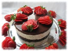 Baileys cake with strawberries by Kinuskikissa Baileys Cake, Baileys Cheesecake, Indian Cake, Strawberry Cakes, Sweet And Salty, Yummy Cakes, Food Inspiration, Chocolate Cake, Delicious Desserts