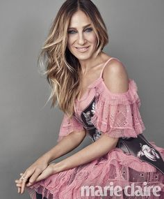 Sarah Jessica Parker wears pink dress with cut-out shoulders for Marie Claire magazine September 2016 issue Look Fashion, Fashion Photo, Photoshoot Fashion, Fall Fashion, Marie Claire Magazine, Sarah Jessica Parker Lovely, Looks Style, My Style, Curvy Style