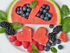 If you want to lose weight but you don& want to stop eating sweet foods you should read our list of the best fruits for weight loss. Watermelon Fruit, Watermelon Recipes, Fruit Salad, Fruit Juice, Healthy Snacks, Healthy Eating, Healthy Recipes, Healthy Menu, Diet Recipes