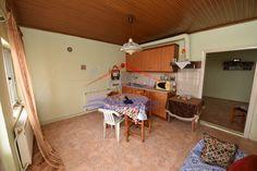 Κωδικός 13116 - Πωλείται μονοκατοικία σε χωριό περιφερειακά της Αλεξανδρούπολης! Αποτελείται από δύο υπνοδωμάτια, σαλόνι, κουζίνα χωριστά και το μπάνιο. Η θέρμανσή του γίνεται με σόμπα. Μοναδική ευκαιρία για κάποιον που ψάχνει ένα ήσυχο σπίτι με δικό του κήπο. Άμεσα διαθέσιμο. Περισσότερες πληροφορίες τηλ. 2551037000 www.alexpolis-akinita.gr κωδ. 13116