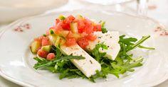 Salt ost og sød frugt i en middelhavsinspireret salat. Perfekt som forret.