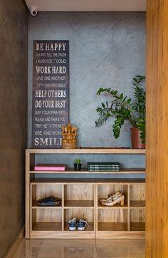Decoração de apartamento, decoração com estilo, no quarto de casal com closet de madeira, iluminação.