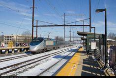 Trem Amtrak, locomotiva elétrica construída pela Bombardier canadense e a Alstom francesa. Chamada de Acela Express Trainset comandando um trem Amtrak, na estação de Edison. na cidade de Edison, no estado de Nova Jersey, nos Estados Unidos.