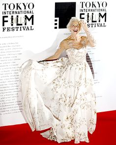 Helen Mirren made an ultra glam entrance on the red carpet for the Tokyo International Film Festival in Japan on Oct. 22.