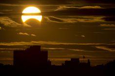 Este 3 de noviembre se pudo observar en gran parte de nuestro planeta un raro eclipse híbrido de Sol. En la foto, Nueva York. (Foto: AFP)
