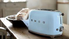 イタリア SMEG(スメッグ)  ポップアップトースターもおしゃれですよね。温かみのある木材テーブルともよく馴染み、置くだけで食卓が楽しくなりそうです。