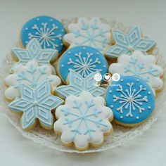 Snowflakes for Frozen Party Christmas Sugar Cookies, Holiday Cookies, Christmas Desserts, Christmas Treats, Christmas Baking, Christmas Games, Cocoa Cookies, Iced Cookies, Candy Cane Christmas