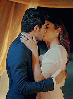 The perfect Sweet Couple Love Animated GIF for your conversation. Romantic Kiss Gif, Kiss And Romance, Romantic Love, Romantic Couples, Love Kiss Images, Kiss Me Love, Cute Couples Goals, Couples In Love, Good Night Babe